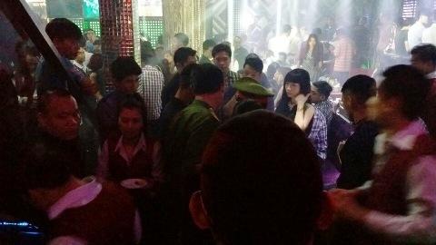 Hàng trăm dân chơi trong quán bar Sài Gòn lúc rạng sáng