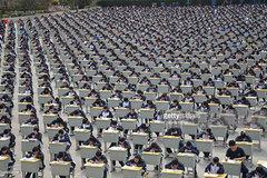 Hàng ngàn học sinh đội nắng giữa sân trường làm bài thi