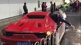 Lamborghini tông Ferrari, xé toạc đường hầm