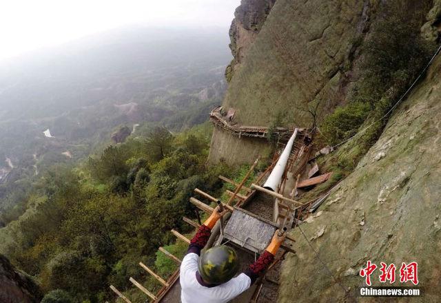 Cận cảnh làm đường trên vách đá cheo leo