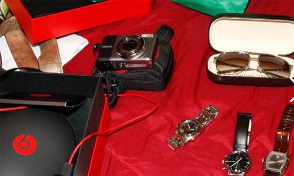 Xem máy quay 'bắt sống' nhân viên sân bay Mỹ trộm đồ