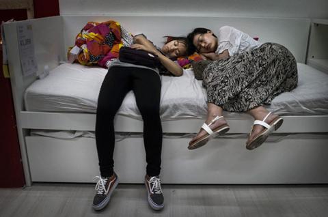 Khách TQ 'hồn nhiên' ngủ trong cửa hàng nội thất