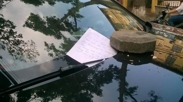 """Xế hộp Audi tiền tỷ bị """"ăn gạch"""" vì đỗ xe chặn cửa"""