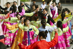 Hình ảnh dân Triều Tiên hoan hỉ mừng sinh nhật Kim Nhật Thành