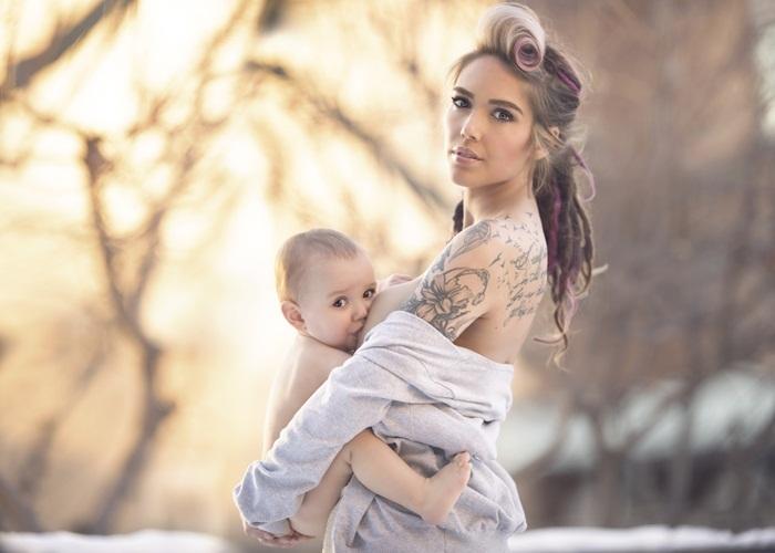 Ngất ngây với bộ ảnh mẹ ngực trần cho con bú giữa thiên nhiên