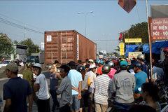 Hàng chục người giúp nâng bánh container, đưa thi thể bé trai ra ngoài