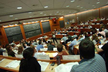 Harvard kiếm gần 200 triệu đô từ bán tài liệu dạy kinh tế