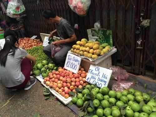 Hoa quả 5 ngàn/kg đổ đống khắp vỉa hè Hà Nội