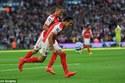 Người hùng Sanchez đưa Arsenal vào chung kết
