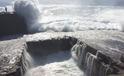10 clip 'nóng': Thiếu nữ bị sóng cuốn từ vách đá