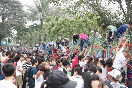 Vỡ trận công viên nước: Thi nhau vượt rào, rách cả ***