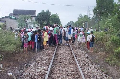 Cố vượt đường ray, học sinh bị tàu hỏa đâm nguy kịch
