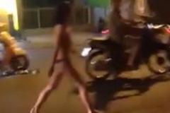 Bị chồng bỏ vì rạn da sau sinh, vợ khỏa thân khóc trên phố