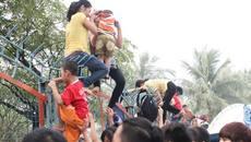 Ôm con leo rào công viên: Liều với mạng sống của trẻ