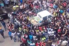 Ức hiếp bà bán chuối: 1000 người quây dân phòng đòi xử