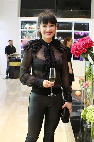 Trang phục hở táo bạo của diva U50 Hồng Nhung