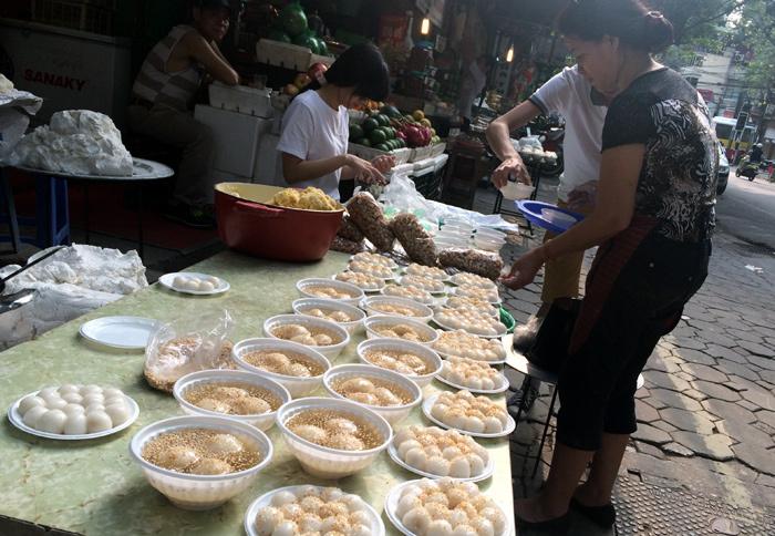 Xếp hàng, hà nội, bánh trôi, bánh chay, tết hàn thực, truyền thống, cầu may, côg ty, doanh nghiệp, mua bánh, cúng, 3/3 âm lịch, xếp-hàng, hà-nội, bánh-trôi, bánh-chay, tết-hàn-thực, truyền-thống, cầu-may, công-ty, doanh-nghiệp, mua-bánh, cúng, 3/3-âm-lịch