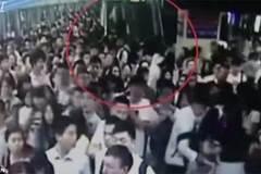 Giẫm đạp kinh hoàng tại ga tàu, nhiều người bị thương