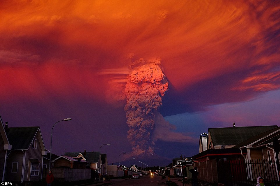 Hình ảnh đám mây bụi kì quái sau khi núi lửa phun trào