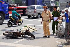Người chồng ngồi khóc bên thi thể vợ bị xe tông
