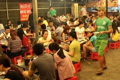 Quán xiên nướng phục vụ 1.000 khách mỗi đêm trên vỉa hè