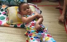Cha mẹ khóc lặng vì thiếu tiền chữa bệnh cho con