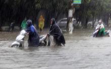 Sau 2 ngày mưa lớn, nhiều phố ở Hà Tĩnh thành sông