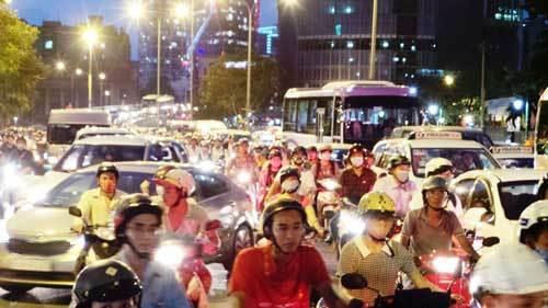 Trung tâm Sài Gòn hỗn loạn giao thông vì lệnh cấm đường - 1