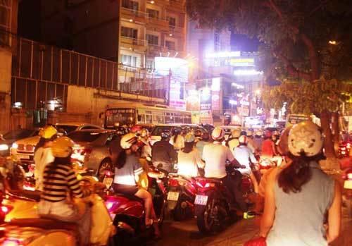 Trung tâm Sài Gòn hỗn loạn giao thông vì lệnh cấm đường - 3