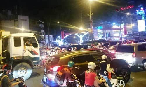 Trung tâm Sài Gòn hỗn loạn giao thông vì lệnh cấm đường - 4