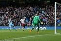Thắng nghẹt thở Villa, Man City vượt mặt M.U và Arsenal