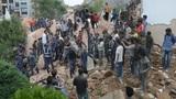Đào đất bằng tay để cứu nạn tại Nepal