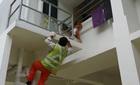 Nghẹt thở giải cứu bé 3 tuổi lơ lửng trên ban công