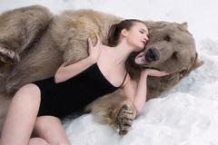 """Cô gái liều ôm gấu """"khủng"""" giữa rừng"""