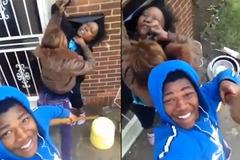 Con trai quay video cổ vũ bạn gái đánh mẹ đẻ