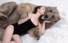 10 clip 'nóng': Cô gái liều ôm gấu 'khủng' giữa rừng