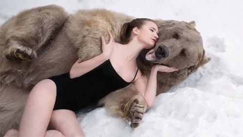10 clip 'nóng': Cô gái liều ôm gấu khủng giữa rừng