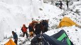 Vật lộn với tuyết để cứu người trên đỉnh Everest