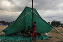 Dân Nepal dựng lều ngủ ngoài trời vì sợ dư chấn