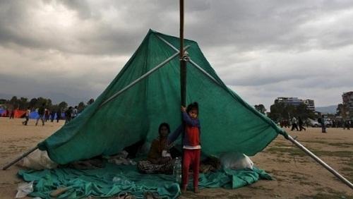 Dân Nepal dựng lều ngủ ngòai trời vì sợ dư chấn