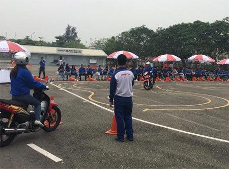 Giới trẻ Vĩnh Phúc học kỹ năng lái xe an toàn