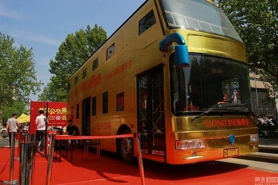 Lóa mắt với xe buýt hai tầng dát vàng