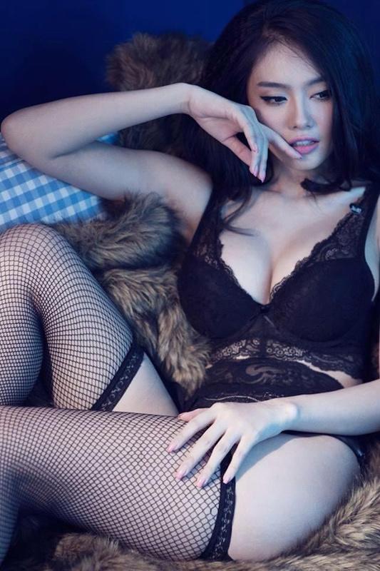 Đường cong nóng bỏng của mẫu nâng ngực Linh Chi