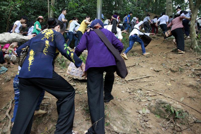 Nghẹt thở chen lấn, luồn rừng lên Đền Hùng
