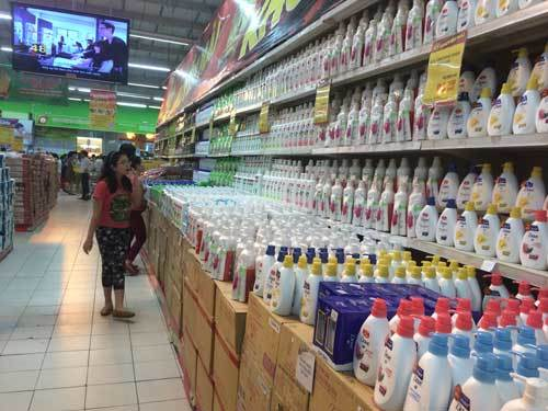Rầm rộ khuyến mãi, siêu thị vắng hoe dịp đại lễ