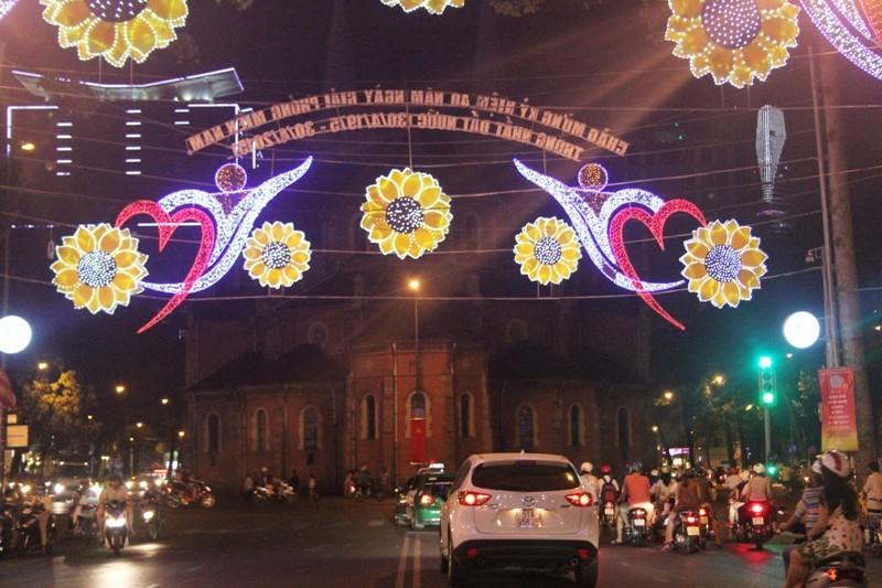 Sài Gòn đẹp lung linh chờ đón đại lễ 30/4 - 8