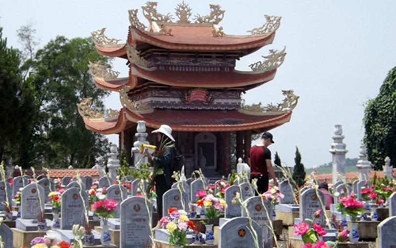 Nghìn người viếng nghĩa trang Trường Sơn ngày thống nhất