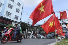 TP.HCM: Đường phố rợp cờ hoa trước ngày đại lễ 30/4