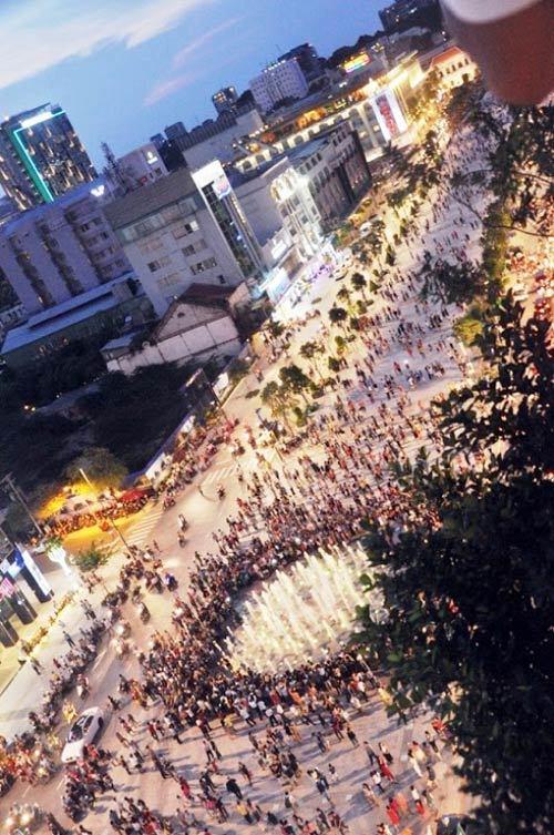 Nghìn người chen chân trên phố đi bộ hiện đại nhất VN