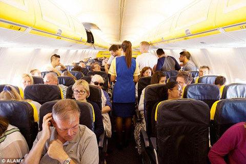 Hoảng hồn vì máy bay hết... giấy vệ sinh